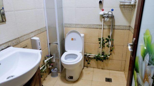 中国のゲストハウスのトイレとシャワー